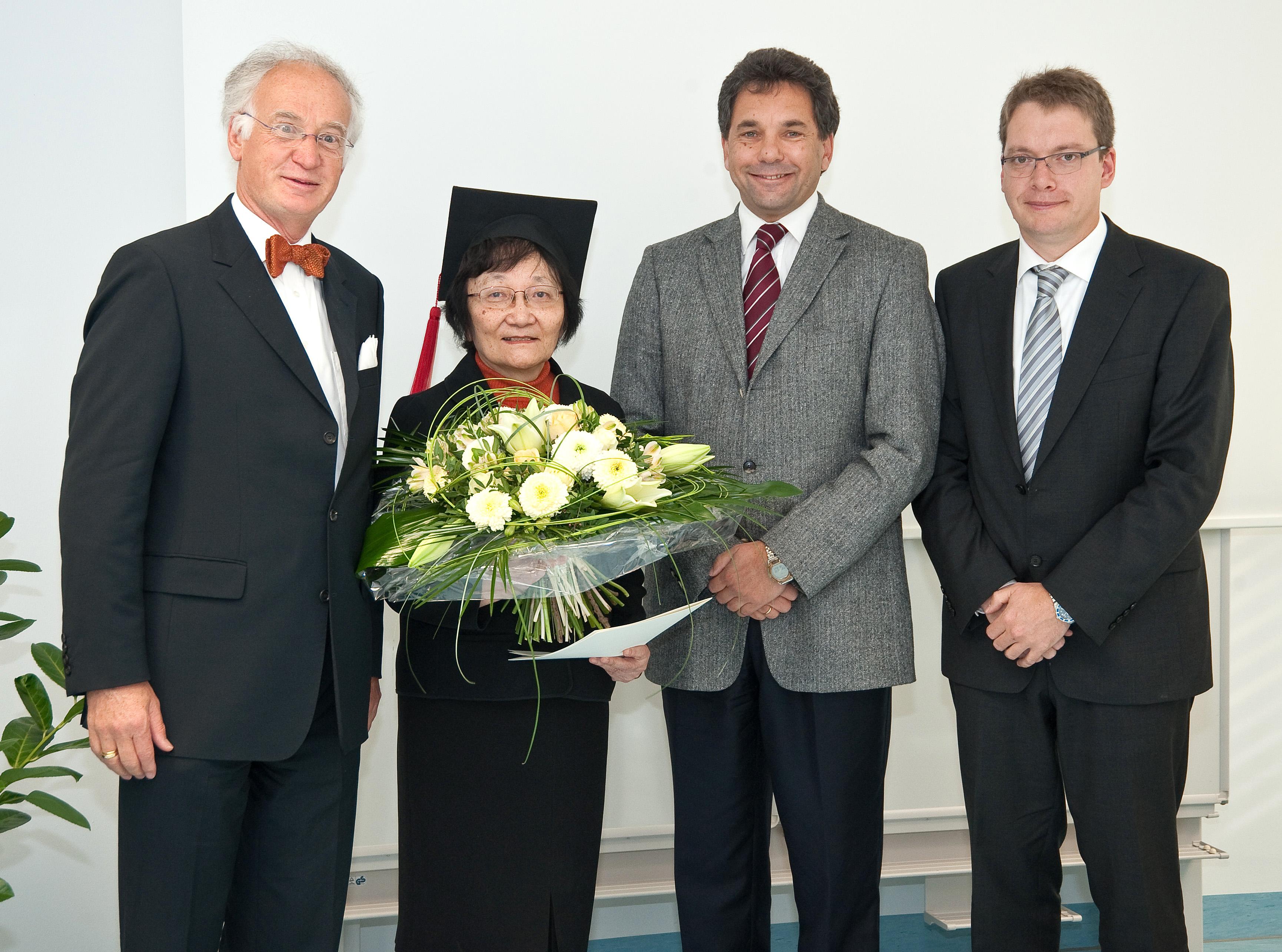 Prof. Yu-Mei Wen mit Prof. Dr. med. Michael Roggendorf (l.), Prorektor Prof. Dr. rer. nat. Michael Farle und Prodekan Prof. Dr. med. Jan Buer (r.). Foto: Medienzentrum Klinikum