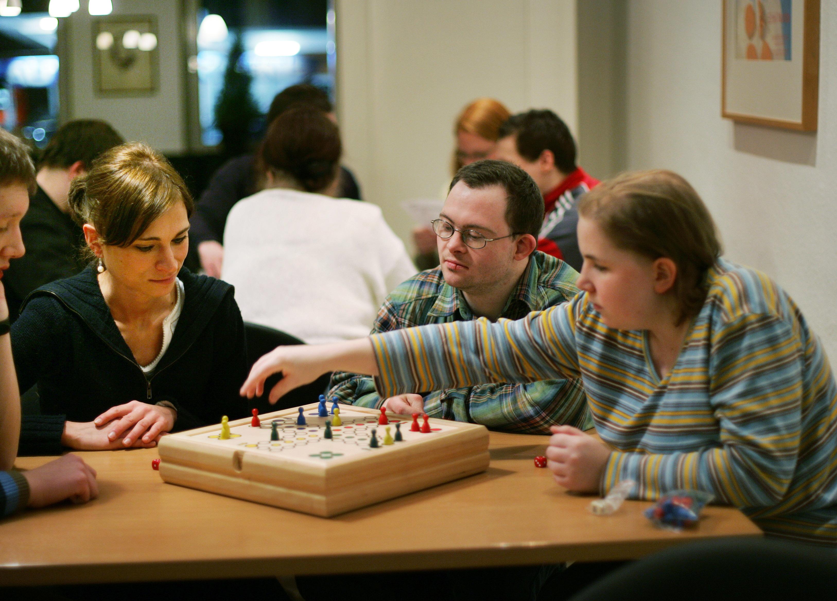 Eine Studentin der Sozialen Arbeit leitet ehrenamtlich eine Spielegruppe für Behinderte.