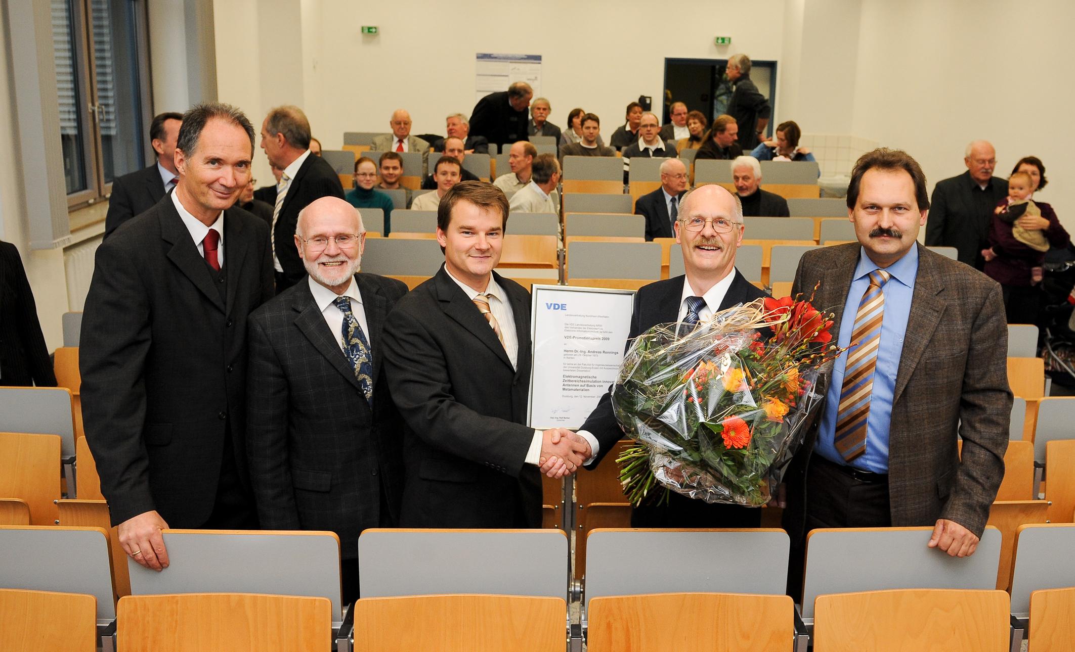 Noch eine Auszeichnung für Dr. Andreas Rennings (3.v.l.): Der Ingenieur nimmt die Glückwünsche von Rektor Prof. Dr. Ulrich Radtke (l.), Doktovater und Altrektor Prof. Dr. Ingo Wolff (2.v.l.), VDE-Vertreter Prof. Dr. Detlev Patzwald (2.v.r.) und Prof. Dr. Andreas Czylwik, Ingenieurwissenschaften der UDE, entgegen. Foto: Frank Preuß