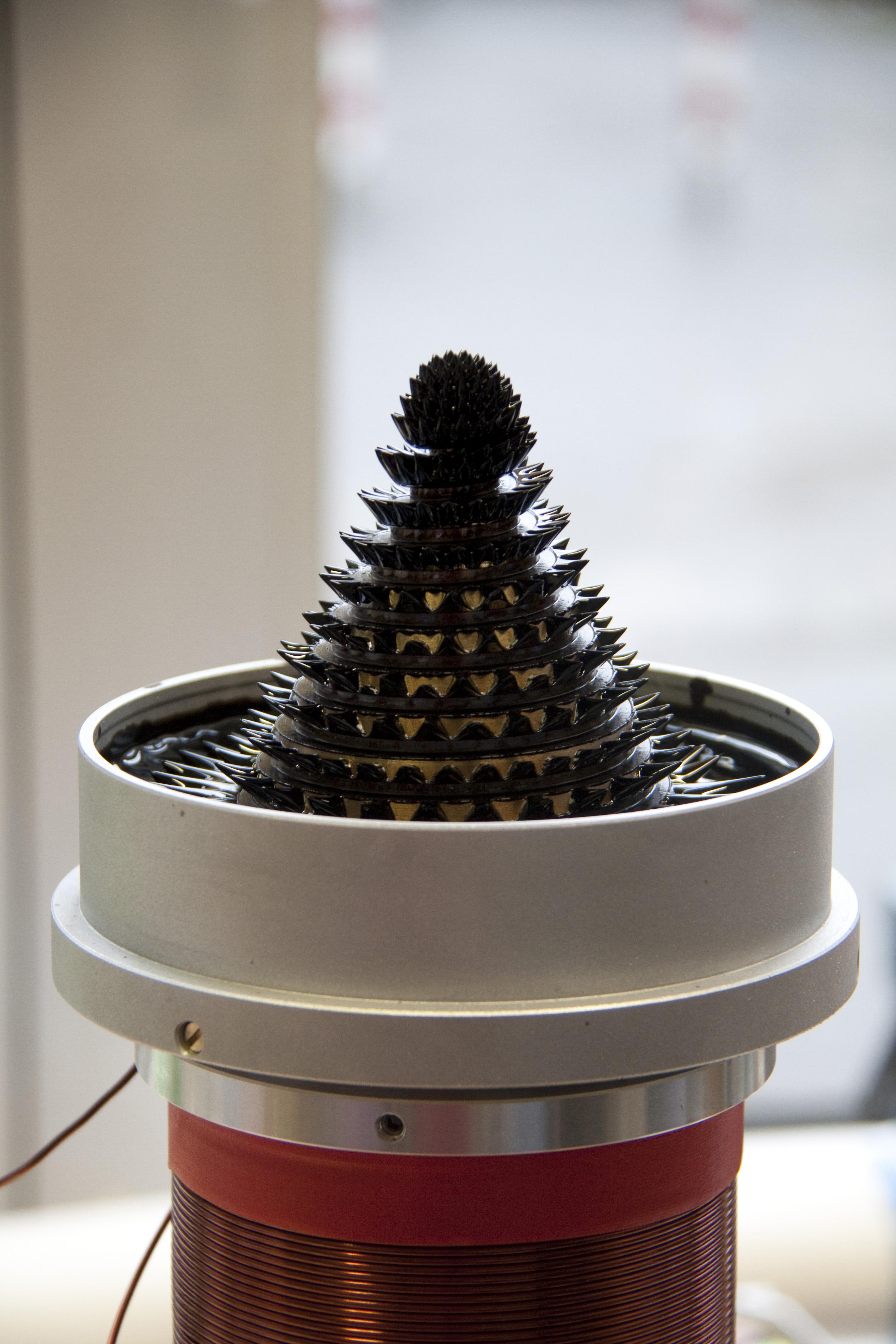 Mit dem Ferrofluid-Brunnen zeigt CeNIDE, wie sich winzige magnetische Partikel beeinflussen lassen. Foto: CeNIDE