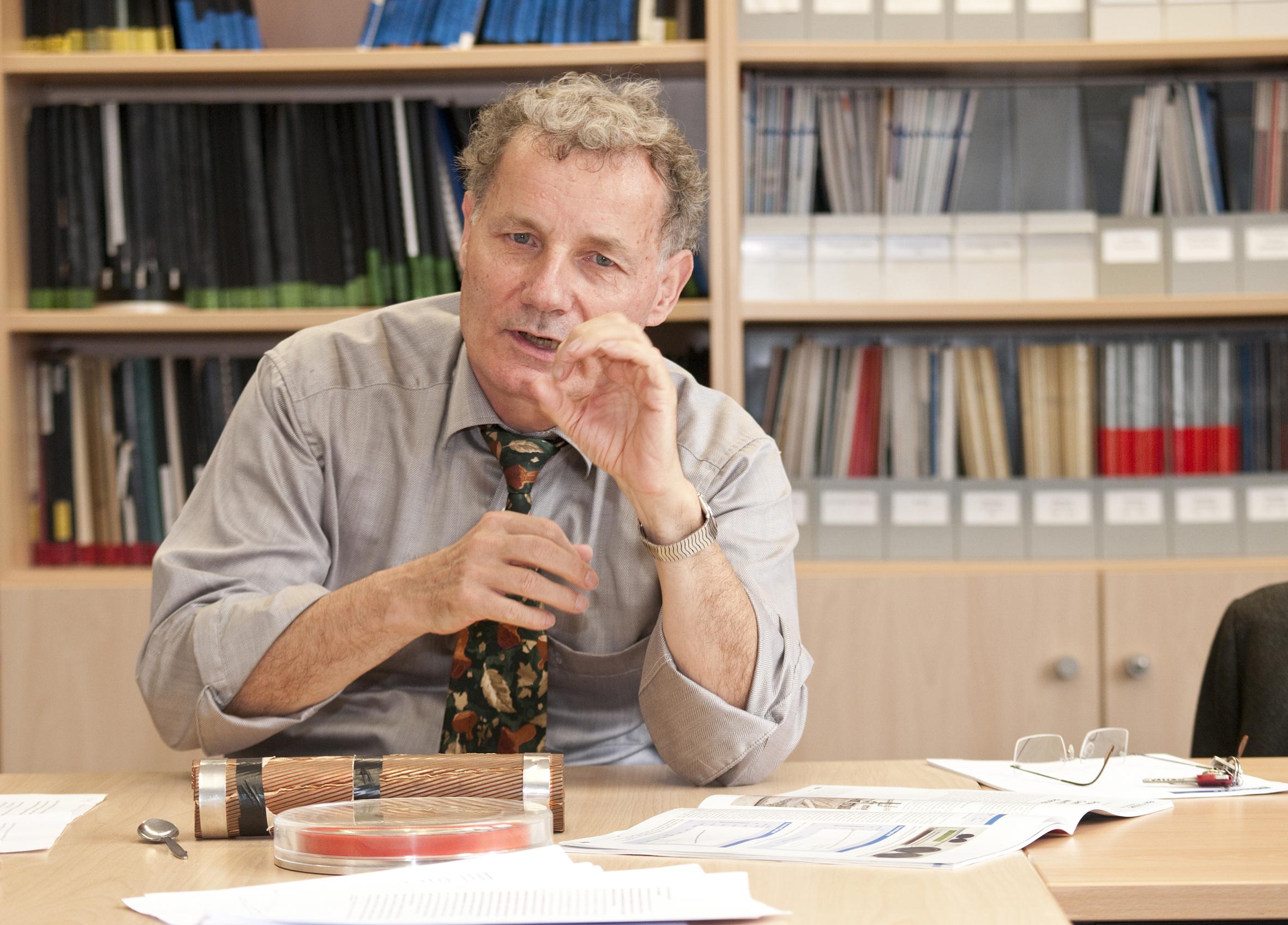Kennt sich aus mit Land- und Seekabeln: Prof. Brakelmann. Foto: UDE/Peter Lippsmeier