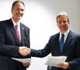 Rektor Prof. Dr. Ulrich Radtke (links) zusammen mit Prof. Dr. Marcio de Castro Silva Filho, Direktor für Internationale Beziehungen bei CAPES