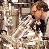 Professor Schulz im Mikroelektronikzentrum des NETZ
