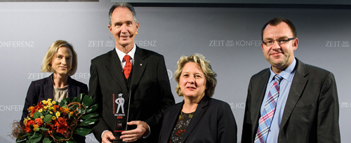 v.l.: Marion Schmidt (ZEIT), Rektor Ulrich Radtke, MInisterin Svenja Schulze, Prof. Frank Ziegele (CHE)